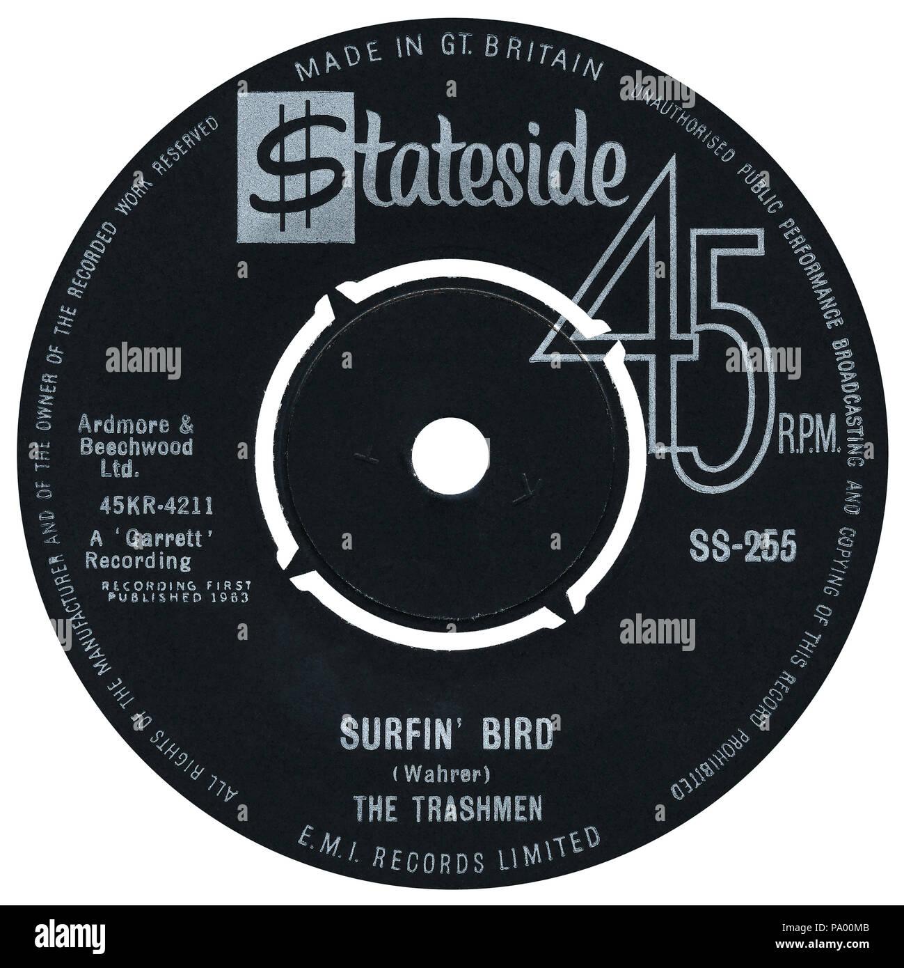 """UK 45 U/min 7"""" Single von Surfin' Bird von der Trashmen auf der Stateside Label aus dem Jahre 1964. Songwriting zu Steve Wahrer auf dem Etikett gutgeschrieben, aber später gutgeschrieben Al Frazier, Sonny Harris, Carl Weiß und Turner Wilson Der Rivingtons. Stockfoto"""