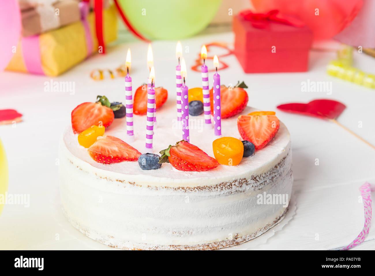 Geburtstag Gesund Joghurt Berry Kuchen Mit Kerzen Auf Bunte Party