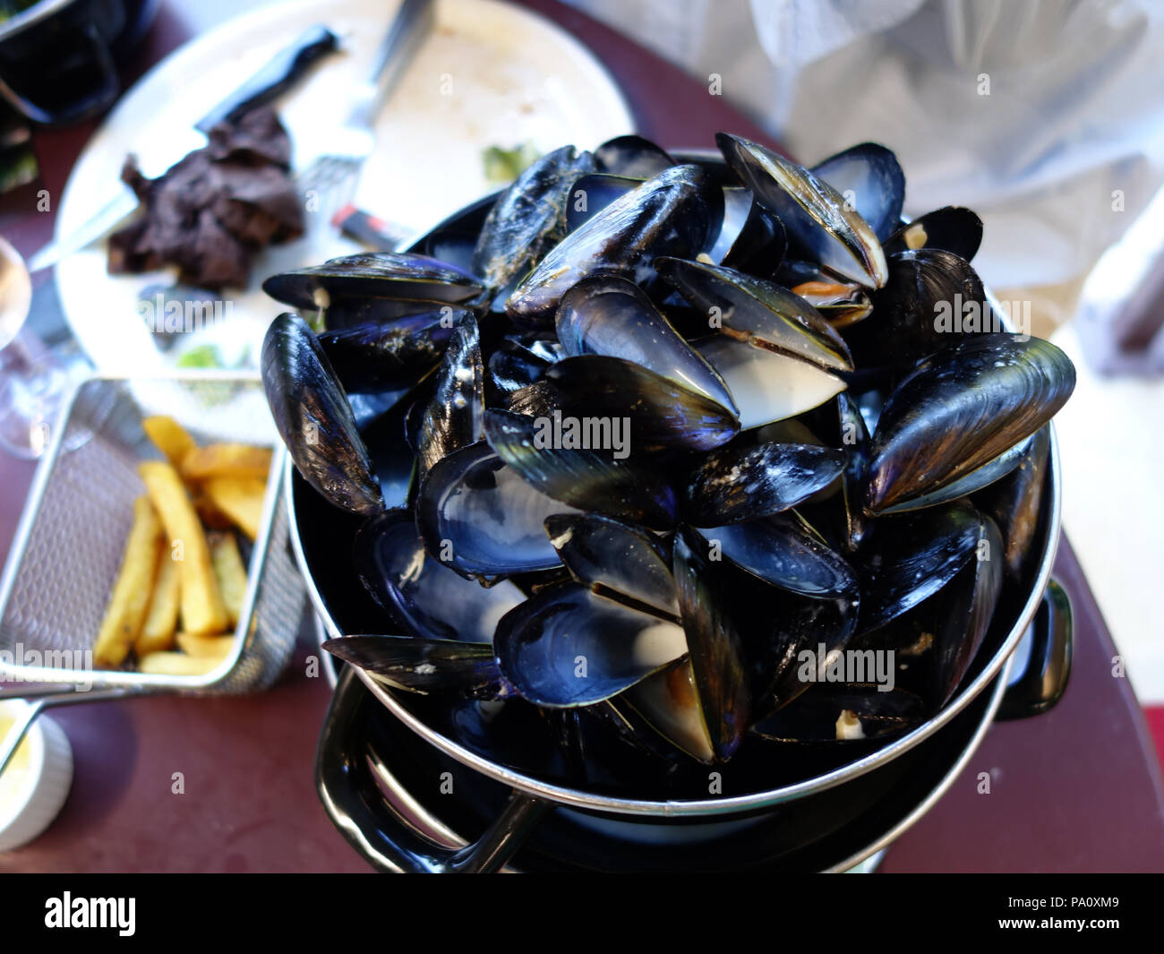 Ein Teller voller Muschelschalen nach Meeresfrüchte von Moules im Süden Frankreichs Stockbild