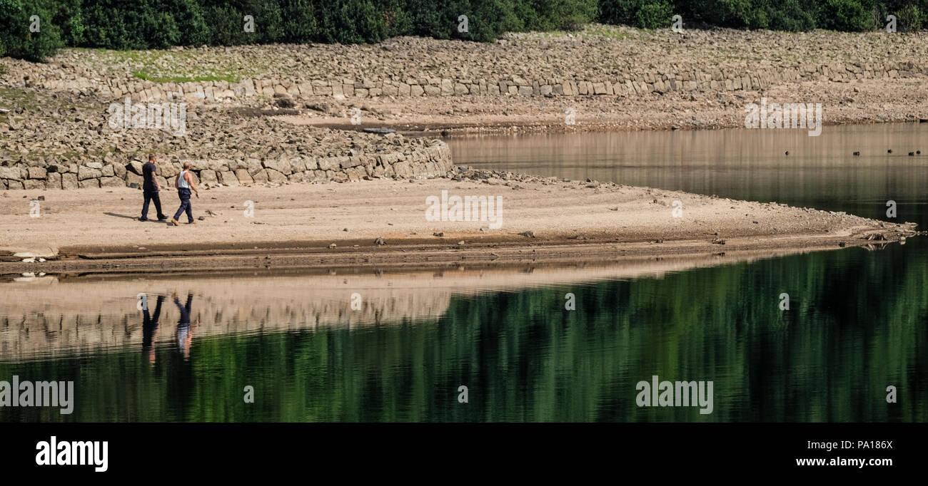 Plymouth, Devon. 19. Juli 2018. Burrator Vorratsbehälter auf Dartmoor in Devon, die jetzt auf nur 41,9 % der Kapazität, Teile des 15. Jahrhunderts Langstone Manor Estate. Gras und andere Pflanzen haben begonnen, wieder den Boden unter den Füßen von Wasser. Credit: Paul Slater/Alamy leben Nachrichten Stockfoto