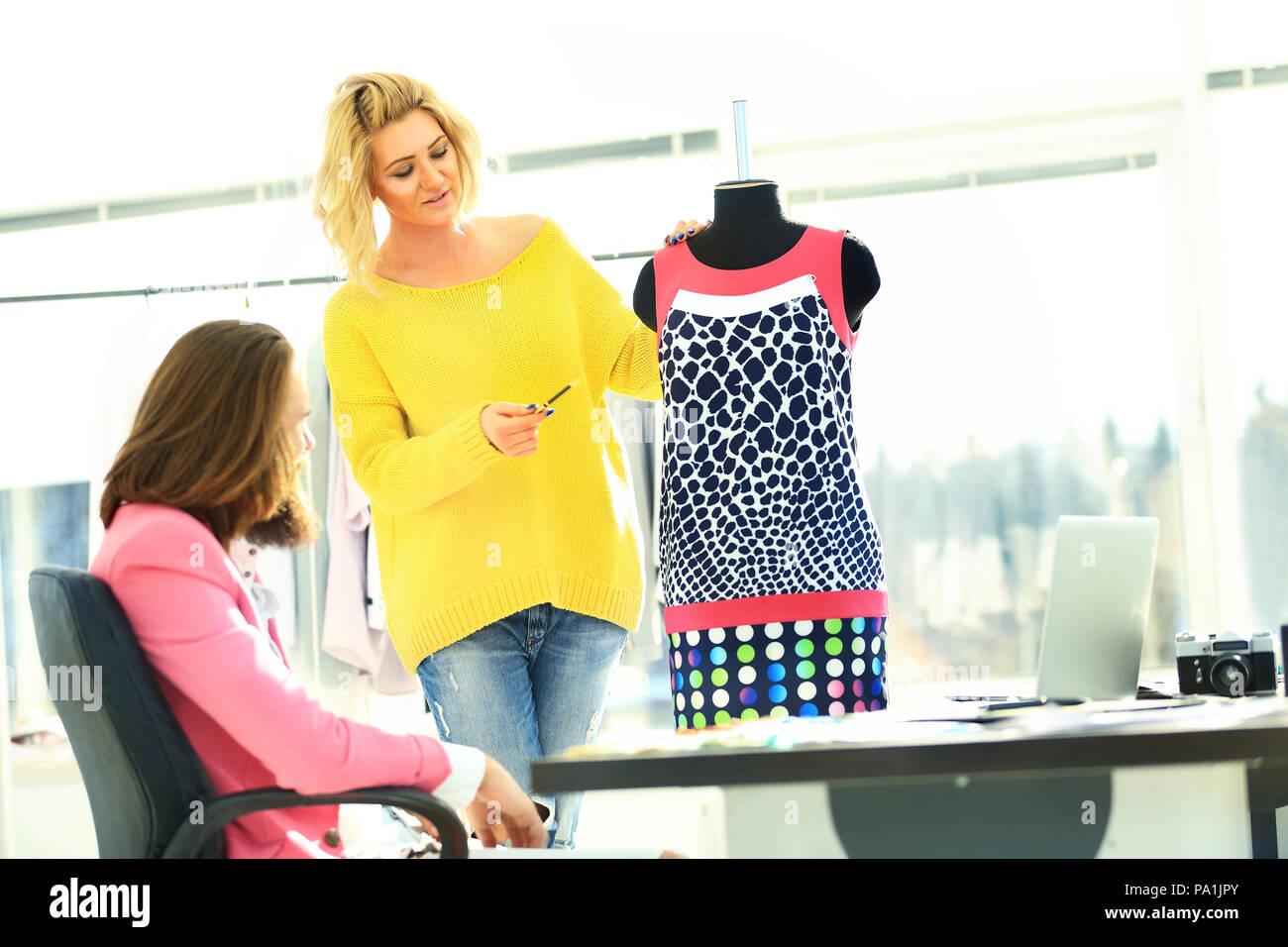Schneider und Designer über das Modell der die Kleider von Frauen Stockbild 4d7de6a2a4