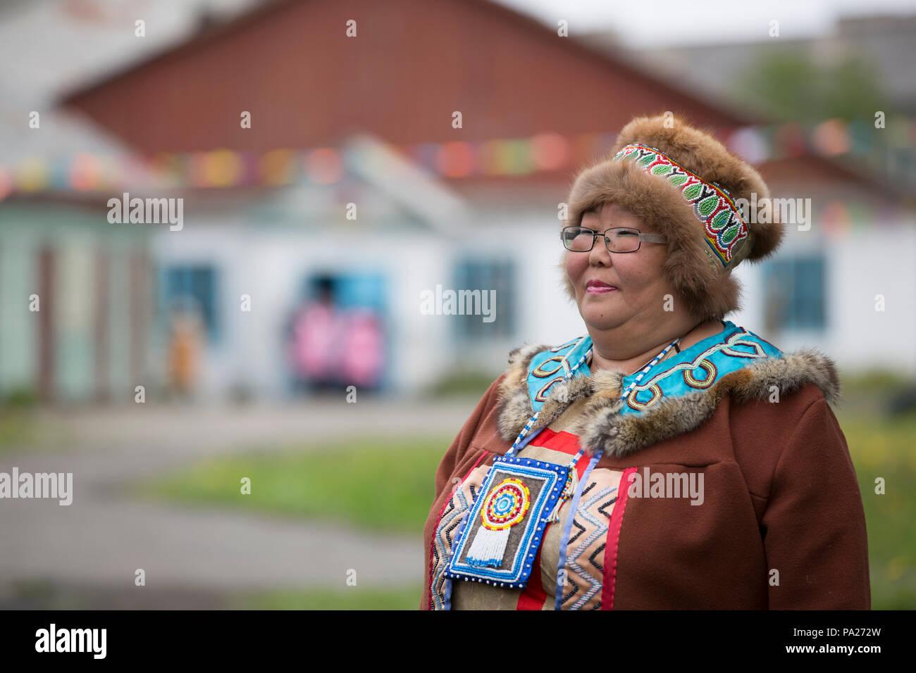 Frau in Tracht, Okhotsk Stadt, Russland Stockbild