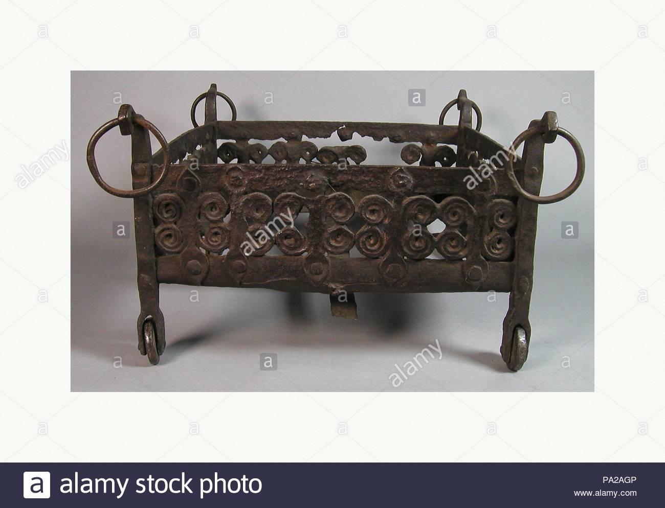 Brazier, 13. Jahrhundert, Spanisch, Schmiedeeisen, Gesamt: 10 x 14 3/4 x 19 in. (25,4 x 37,5 x 48,3 cm), Metalwork-Iron. Stockbild