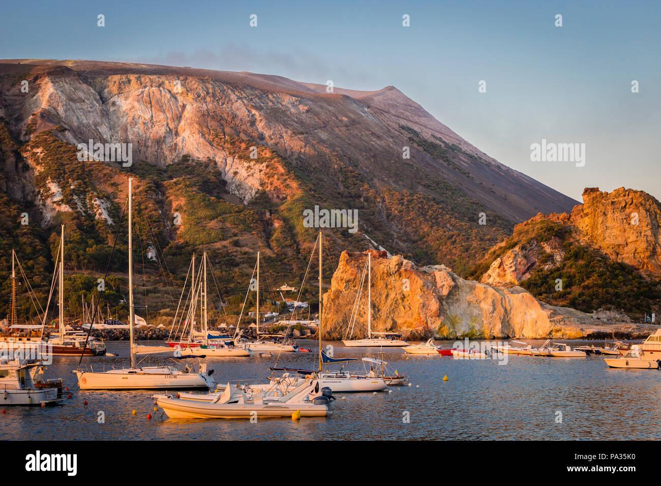 Die Marina von Vulcano bei Sonnenaufgang mit dem Vulkan Pisten, Äolischen Inseln, Sizilien. Stockbild