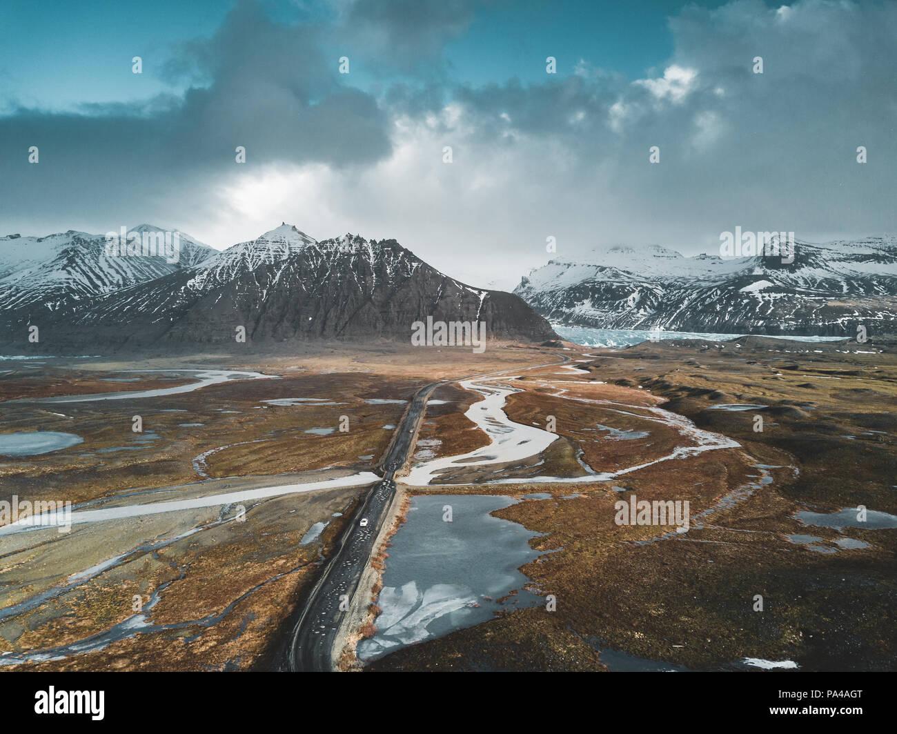 Vatnajökull Gletscher Antenne drone Bild mit Straße Autobahn und Wolken und blauer Himmel. Dramatische winter Szene des Vatnajökull National Park, Island, Europa. Schönheit der Natur Konzept Hintergrund. Stockbild