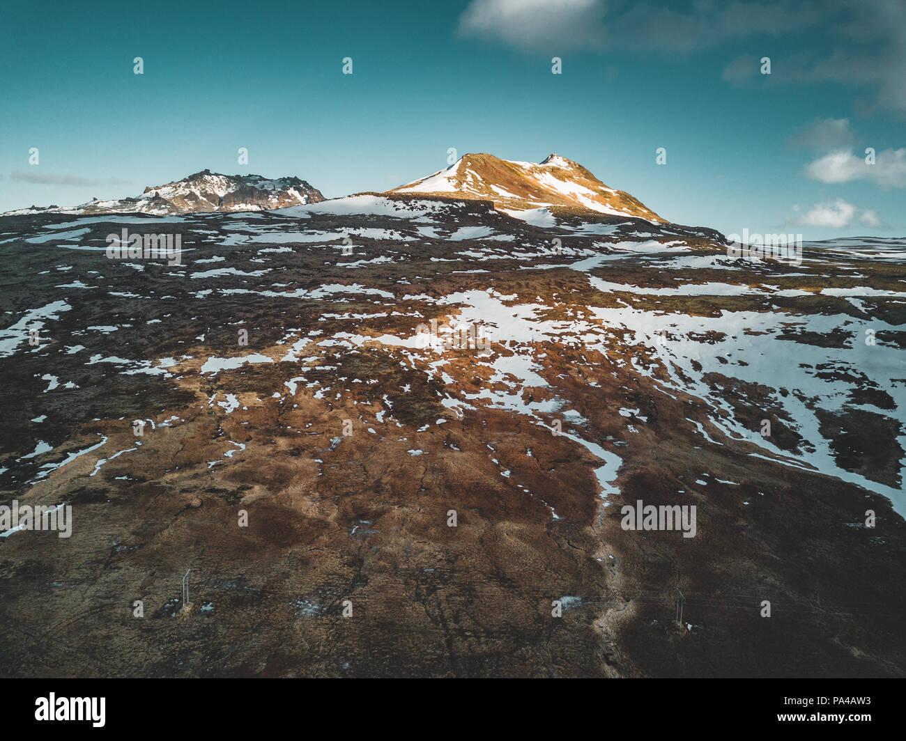 Antenne drone Foto von einem leeren See eine riesige vulkanische Berg Snæfellsjökull in der Ferne, Reykjavik, Island. Stockbild