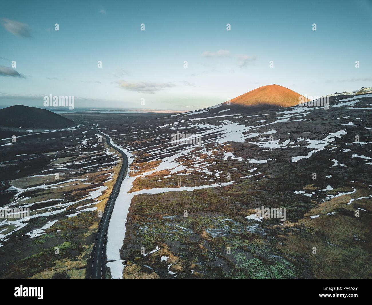 Antenne drone Foto von einem leeren See und Straße Landstraße 1 mit einem riesigen vulkanischen Berg Snæfellsjökull in der Ferne, Reykjavik, Island. Stockbild