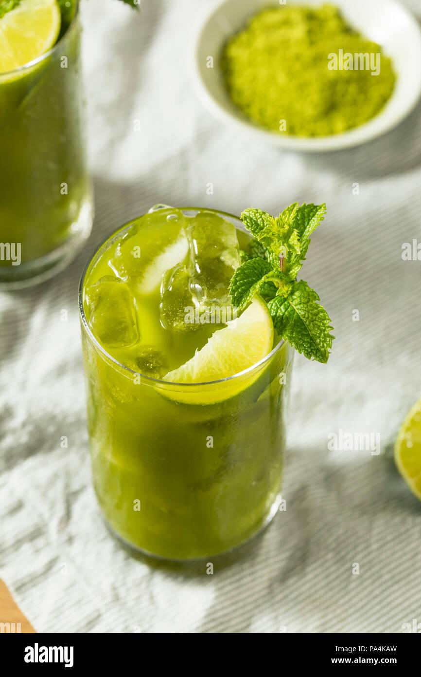 Raw Green Bio Matcha Eistee Detox mit Limette und Minze Stockfoto