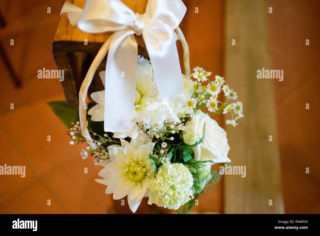 Blumenschmuck In Der Kirche Fur Hochzeit Feier Stockfoto Bild