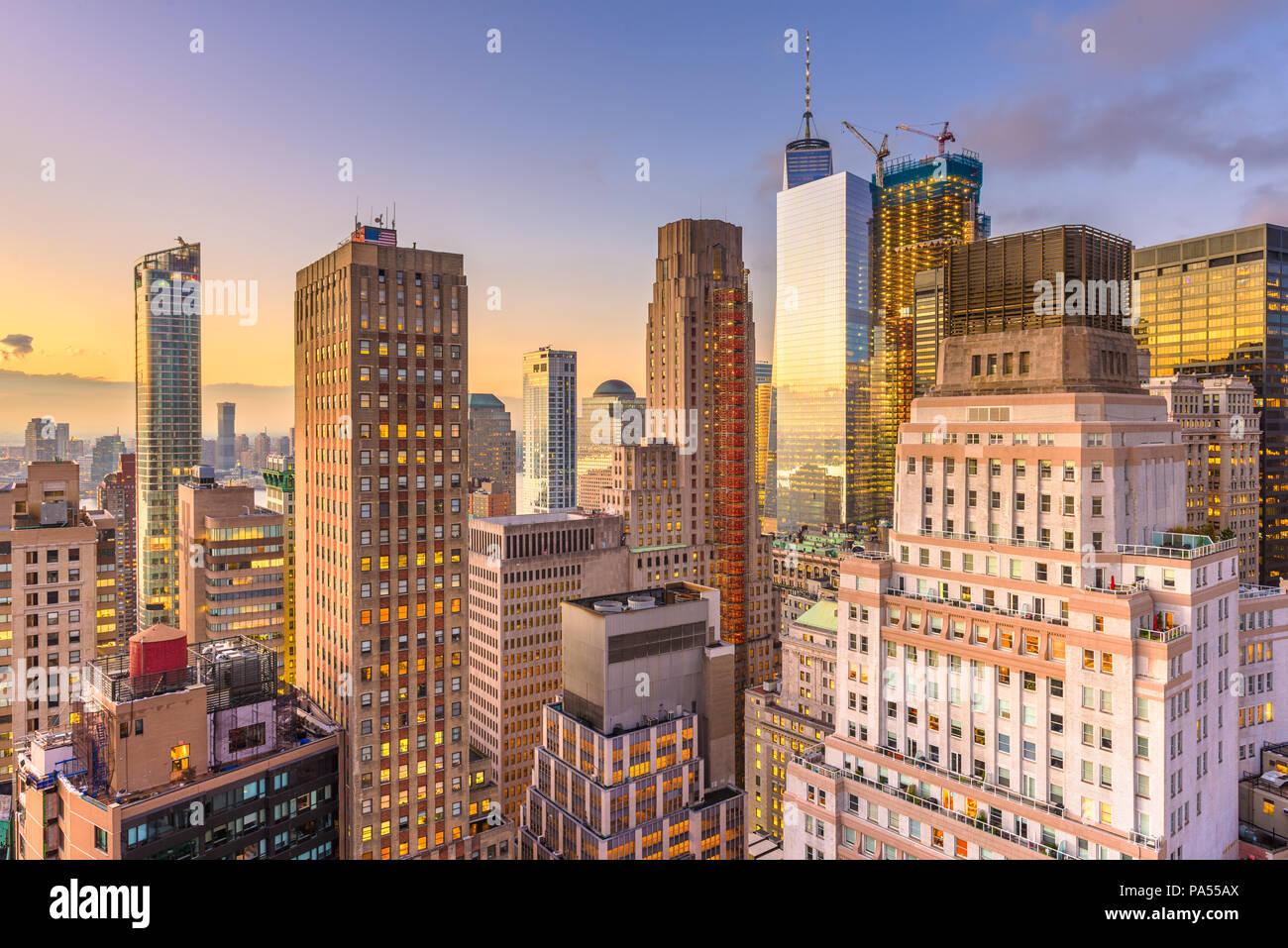 New York, New York, USA Lower Manhattan Financial District Stadtbild von oben in der Dämmerung. Stockbild