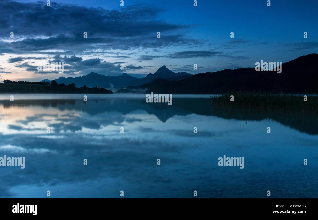 Weißensee im Allgäu zur blauen Stunde Stockbild
