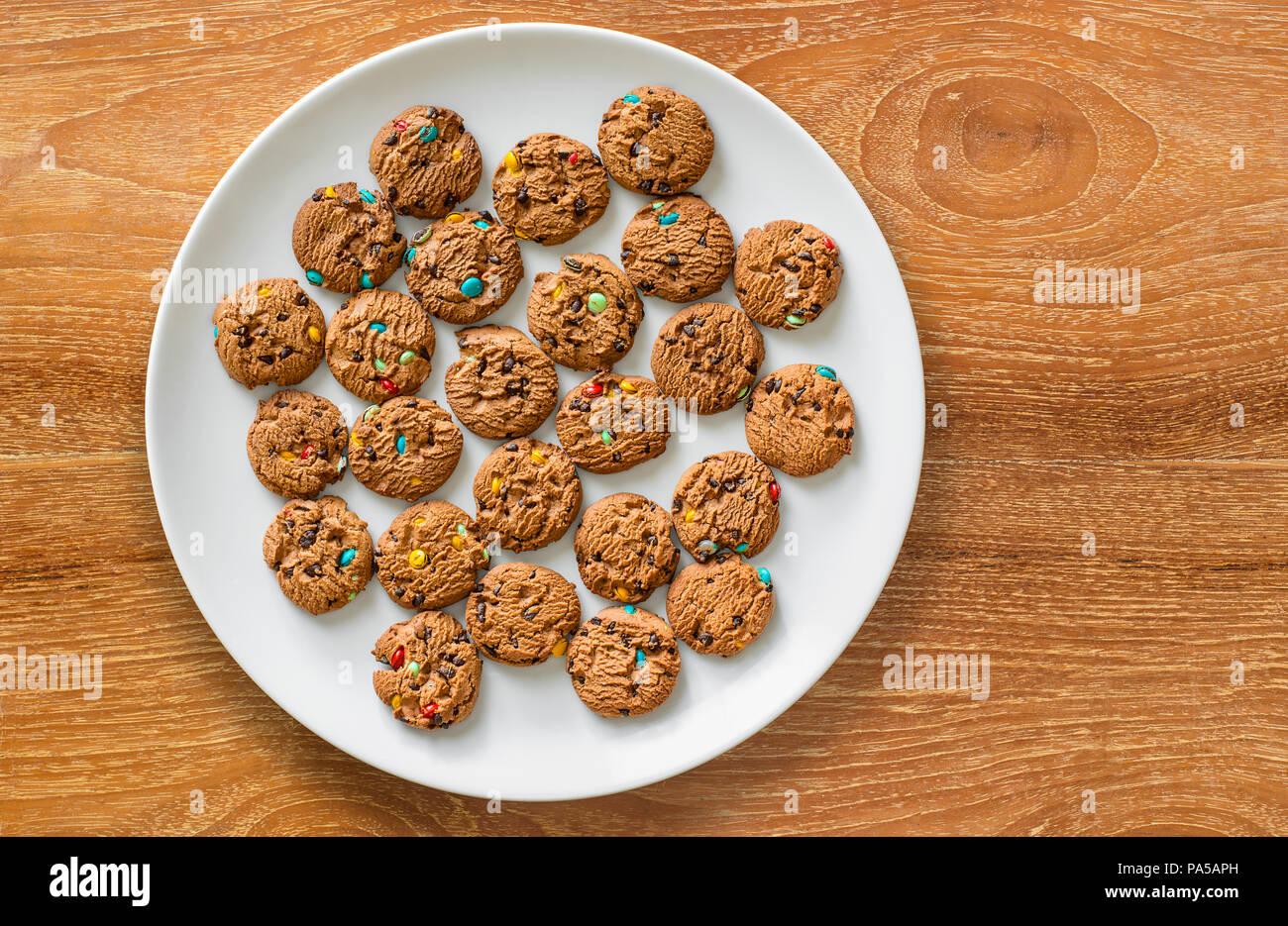 Flach Foto von Cookies auf weiße Platte. Stockbild