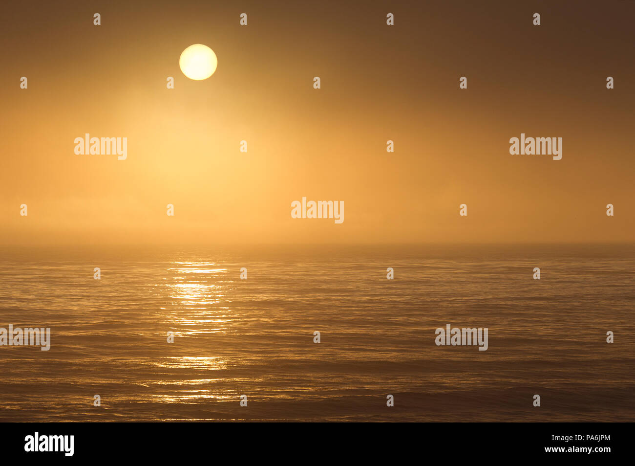 Sonne durch den Nebel über dem Pazifischen Ozean Stockbild