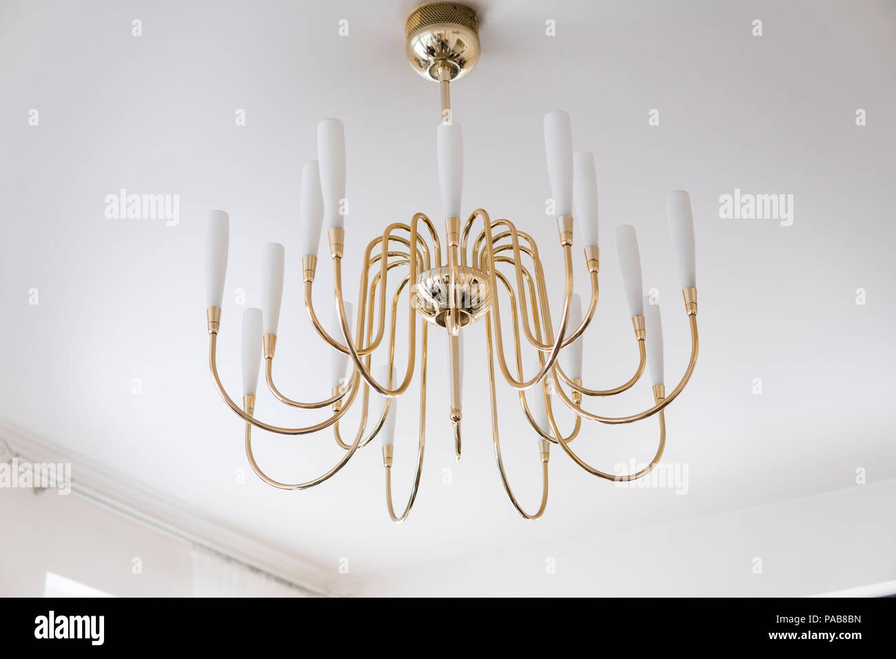 Moderne Gold Kronleuchter Auf Einem Ceil Im Wohnzimmer.