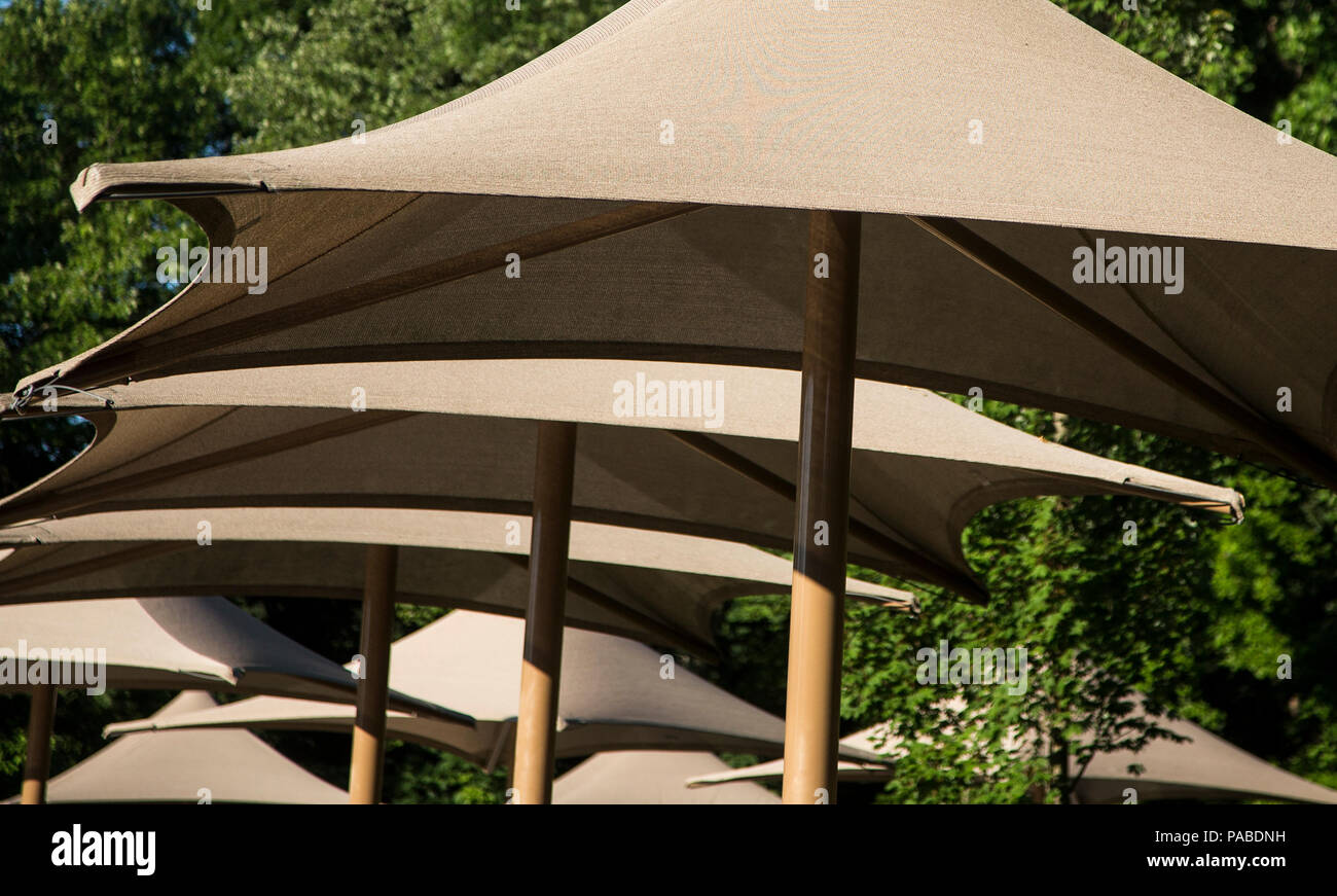 Eine Reihe von Sonnenschirmen am Schwimmen Verein Stockbild