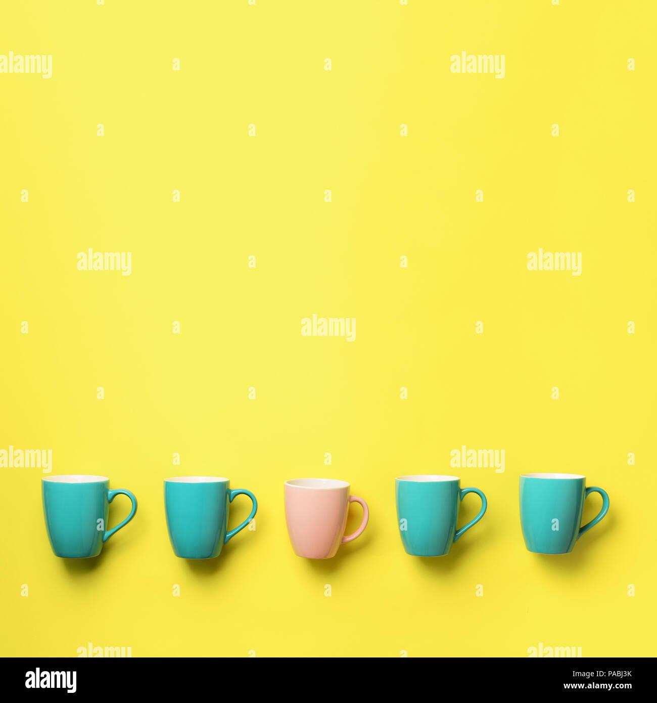 Muster Von Blau Und Rosa Tassen Auf Gelben Hintergrund Platz Crop