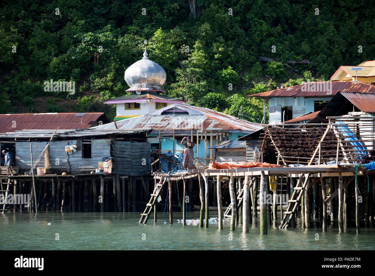 Küstendorf, Dwars In der Höhle Weg, Indonesien Stockbild