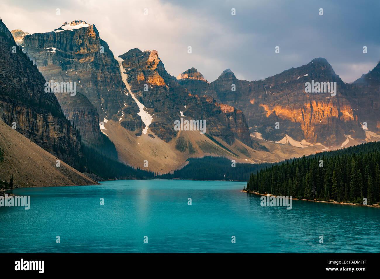 Sonnenaufgang mit türkisfarbenen Wasser des Lake Moraine mit Sünde lit Rocky Mountains im Banff Nationalpark Kanadas in Tal der zehn Gipfel. Stockbild