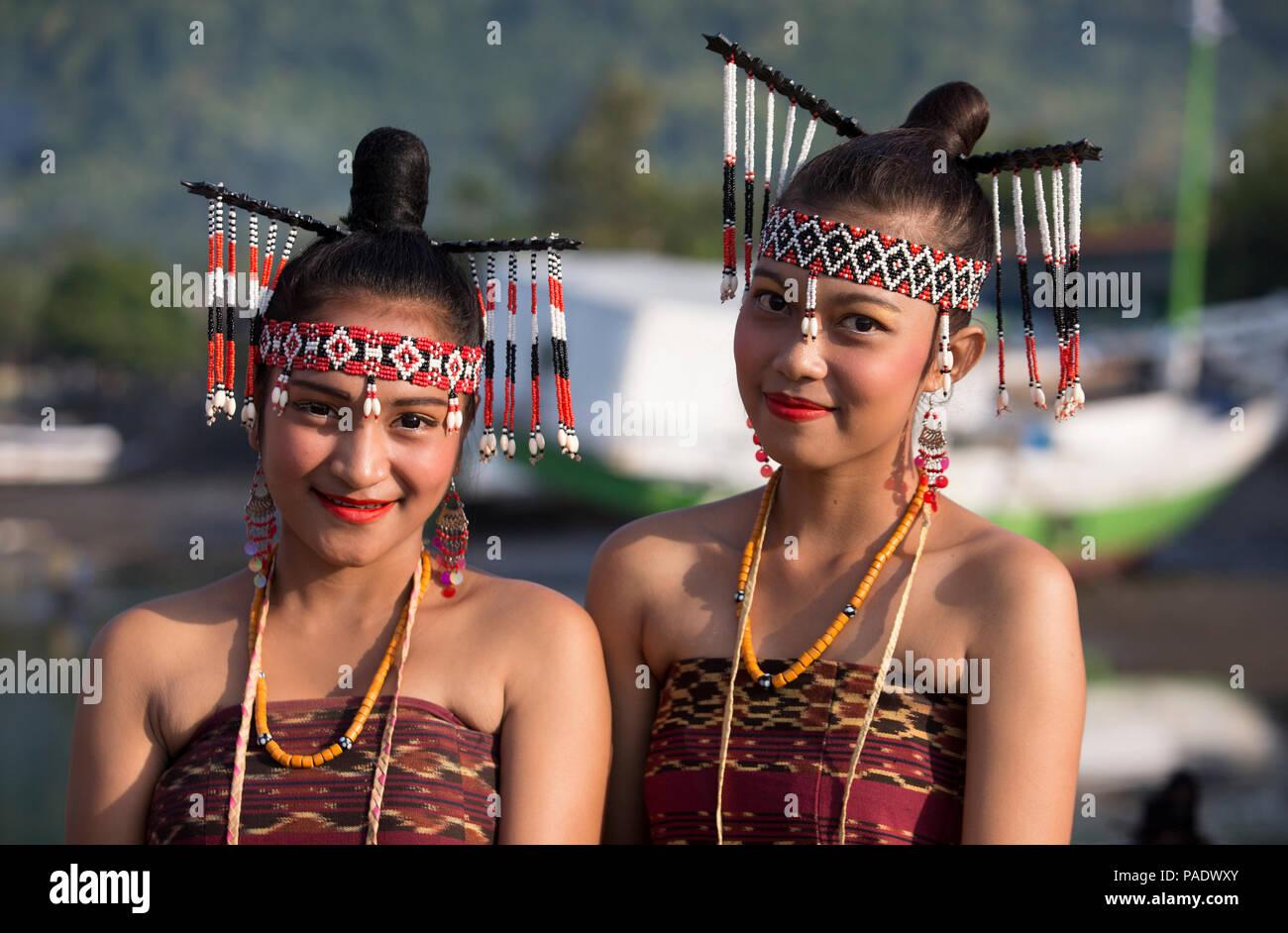 Zwei junge Frauen aus Kalabahi in traditioneller Tracht Stockbild