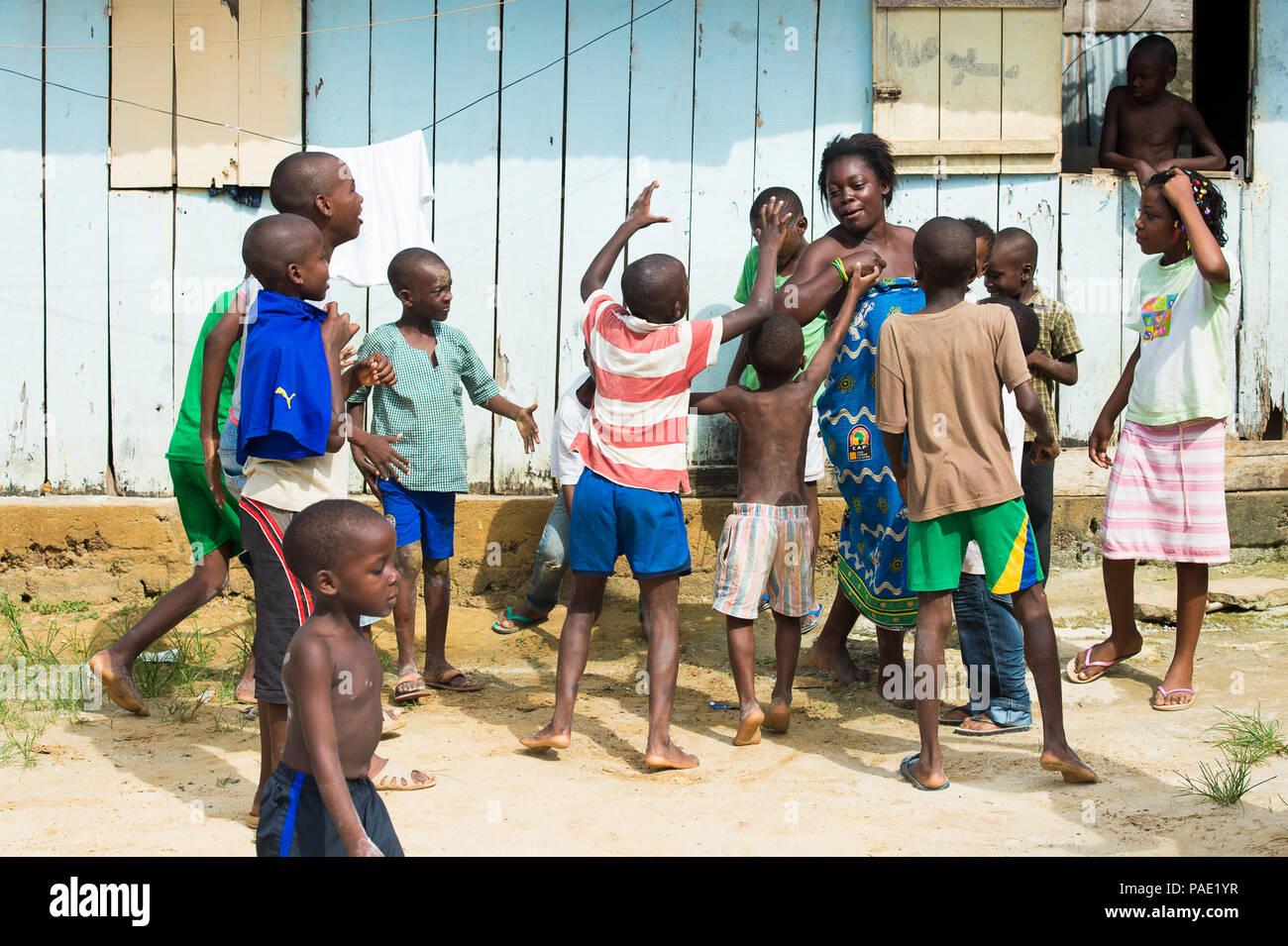 Libreville Gabun Mar 6 2013 Unbekannter Gabunischen Kinder Spielen Auf Der Strasse In Gabun Mar 6 2013 Menschen In Gabun Leiden Der Armut Aufgrund Der Stockfotografie Alamy