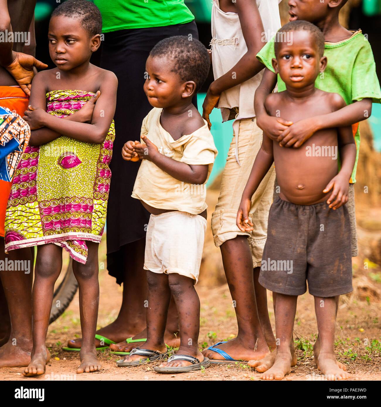 KARA, TOGO - Mar 9, 2013: Unbekannter togolesische Kinder beobachten und Tanz an der lokalen Musik zeigen. Kinder in Togo Leiden der Armut aufgrund der Unstab Stockfoto