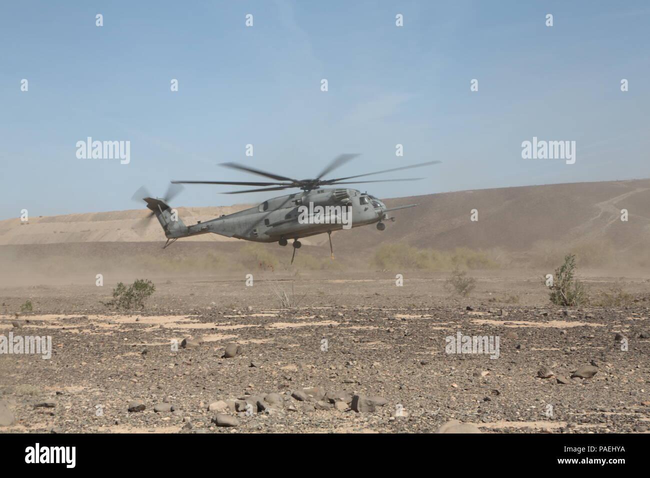 Ein CH-53E Super Stallion Hubschrauber der Marine schweren Helikopter Squadron (HMH) 361, Marine Aircraft Group (MAG) 16, 3d-Marine Air Wing (MAW), startet in Vorbereitung einer externen anheben, wo eine 8.500 Pfund Gewicht bei einem Hubschrauber Support Team (HST) Ausbildung bei Landing Zone (LZ) Stier, Chocolate Mountain Aerial Gunnery Range, Calif., März, 15, 2016 Der Hubschrauber angebracht werden soll zu üben. Die HST-Schulung wurde durchgeführt, Fertigkeiten und logistische Aufgaben zu erhöhen die Fähigkeit, möglichen Fälle Missionen auszuführen, zu verbessern. (U.S. Marine Corps Foto von Pfc-Nadia J. Stark) Stockbild
