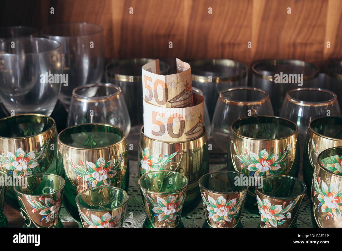 Geld sparen. Geld gespeichert in Glas. Ausblenden von Geld. Stockbild