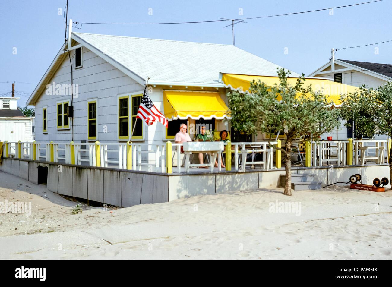 Menschen Entspannend Auf Einen Bungalow Veranda Mit Gelben Markisen