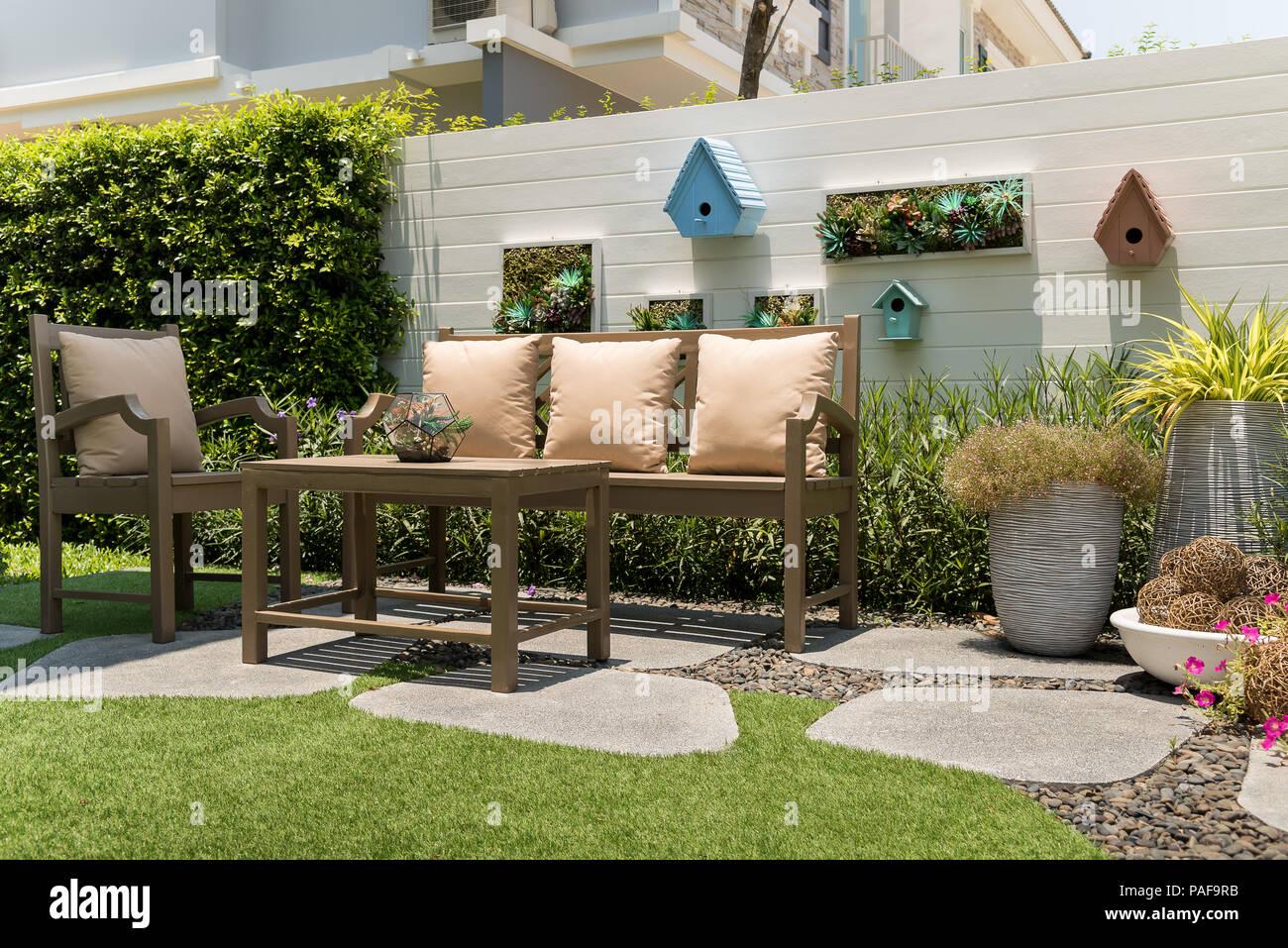 Eine Relax Ecke Mit Braunem Holz Tisch Und Stühle Mit Kissen In Den