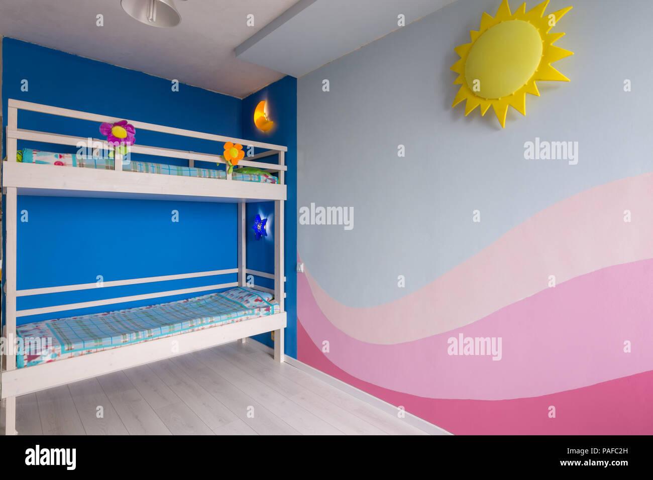 Etagenbett Junge Und Mädchen : Innenraum ein kinderzimmer für zwei mädchen nach der reparatur