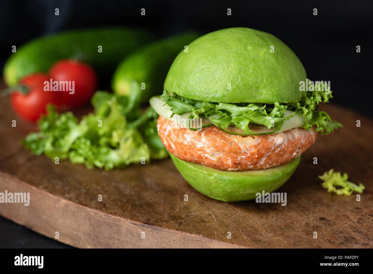 Vegan avocado Burger mit Karotte Linse pattie auf Holz. Detailansicht, selektiver Fokus Stockbild