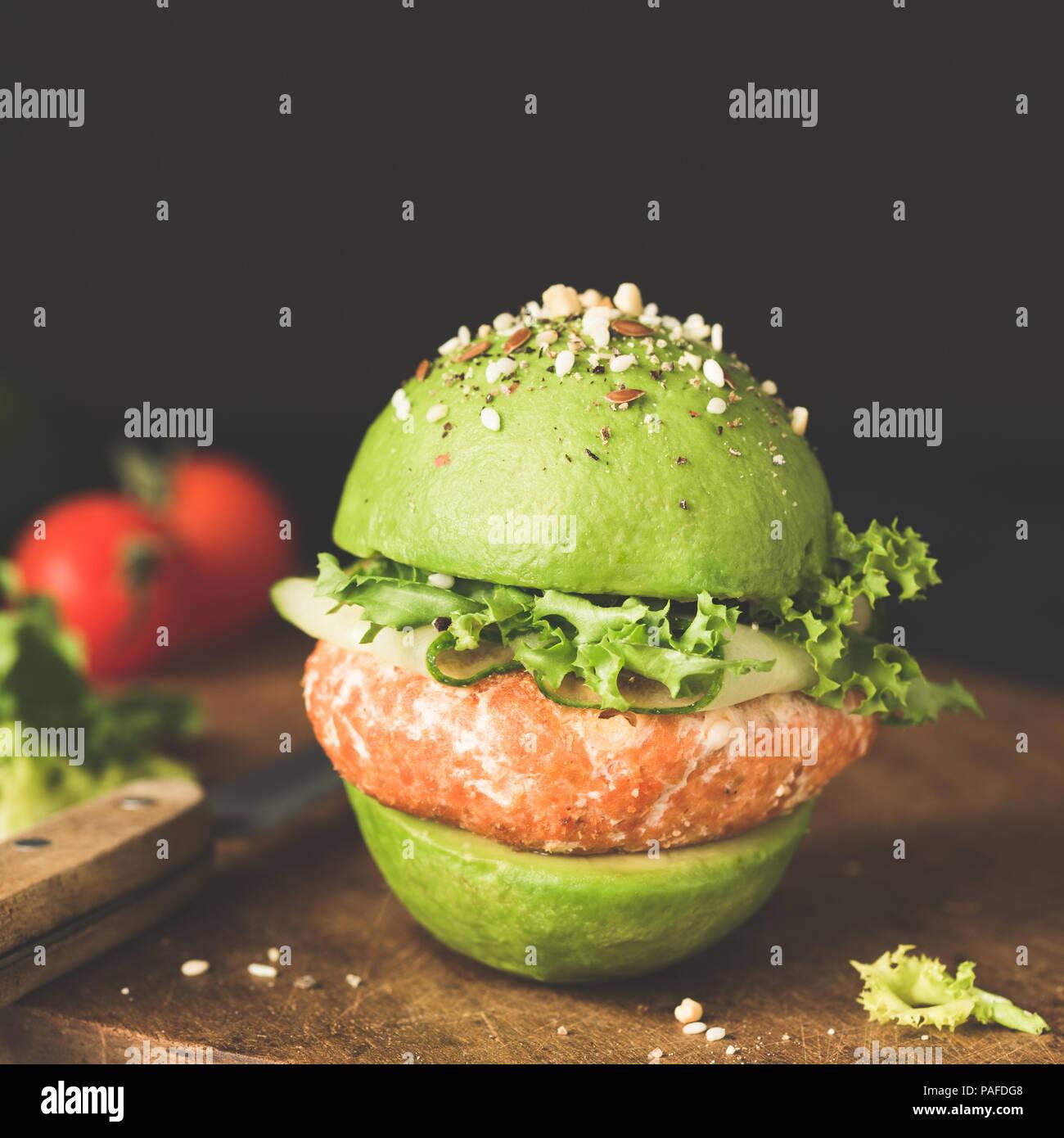 Avocado Burger, vegane oder vegetarische Burger mit Linsen Pastetchen. Detailansicht, getönten Bild Stockbild