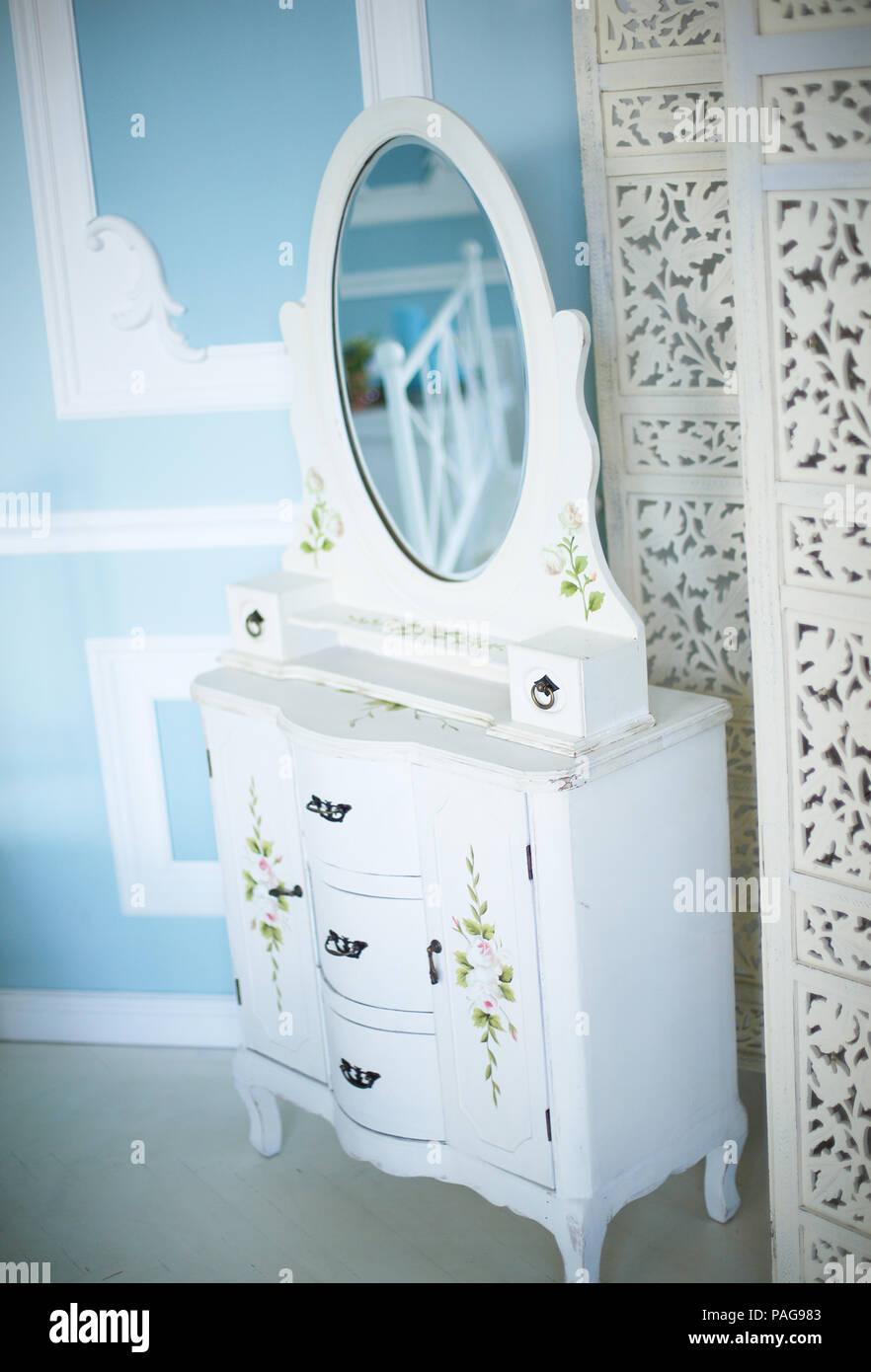 Stilvolle Kommode mit Spiegel im Schlafzimmer Stockfoto, Bild ...