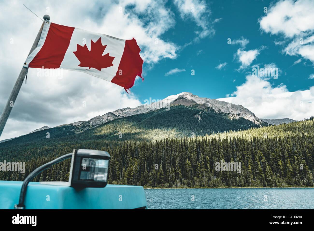 Kanadische Flagge, Maligne Lake im Jasper Nationalpark Stockbild