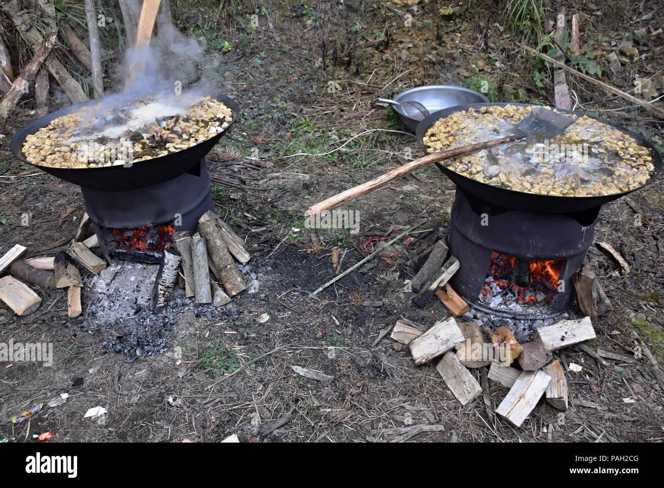 Outdoor Küche Holzofen : Kochen in der küche im freien. zwei metallfässer als holzofen mit