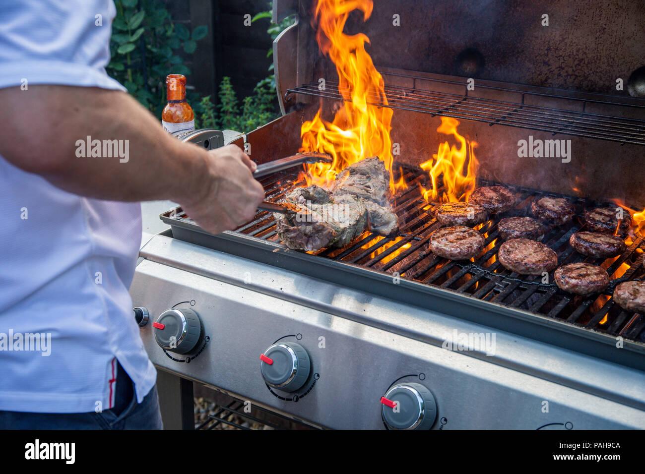 Gas Oder Holzkohlegrill Yorkshire : Kochen burger stockfotos & kochen burger bilder alamy