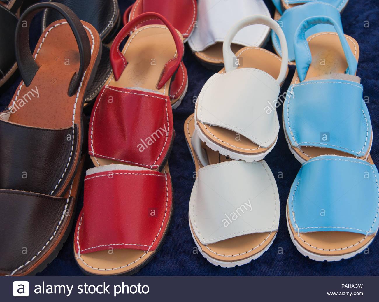 verkaufen einem Markt spanische einer Typische entlang Schuhe auf rdCxeBo