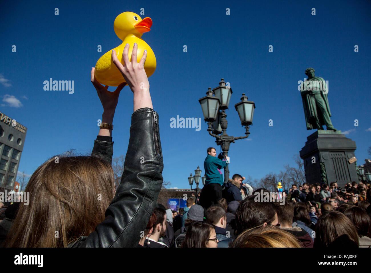 Die Rallye Teilnehmer hält einen Kunststoff Entlein bei einer verbotenen Kundgebung gegen die Korruption in der Regierung am Puschkin-Platz in Moskau, Russland Stockbild