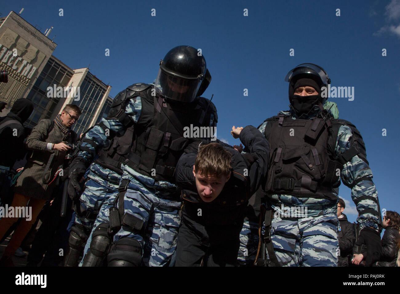 Polizisten ein junger Mann während einer Opposition Rallye am Puschkin-Platz im Zentrum von Moskau, Russland, 26. März 2017 festhalten Stockbild