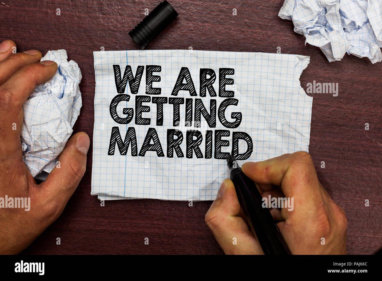 Konzeptionelle Handschrift zeigen Wir Heiraten. Business Foto text ...