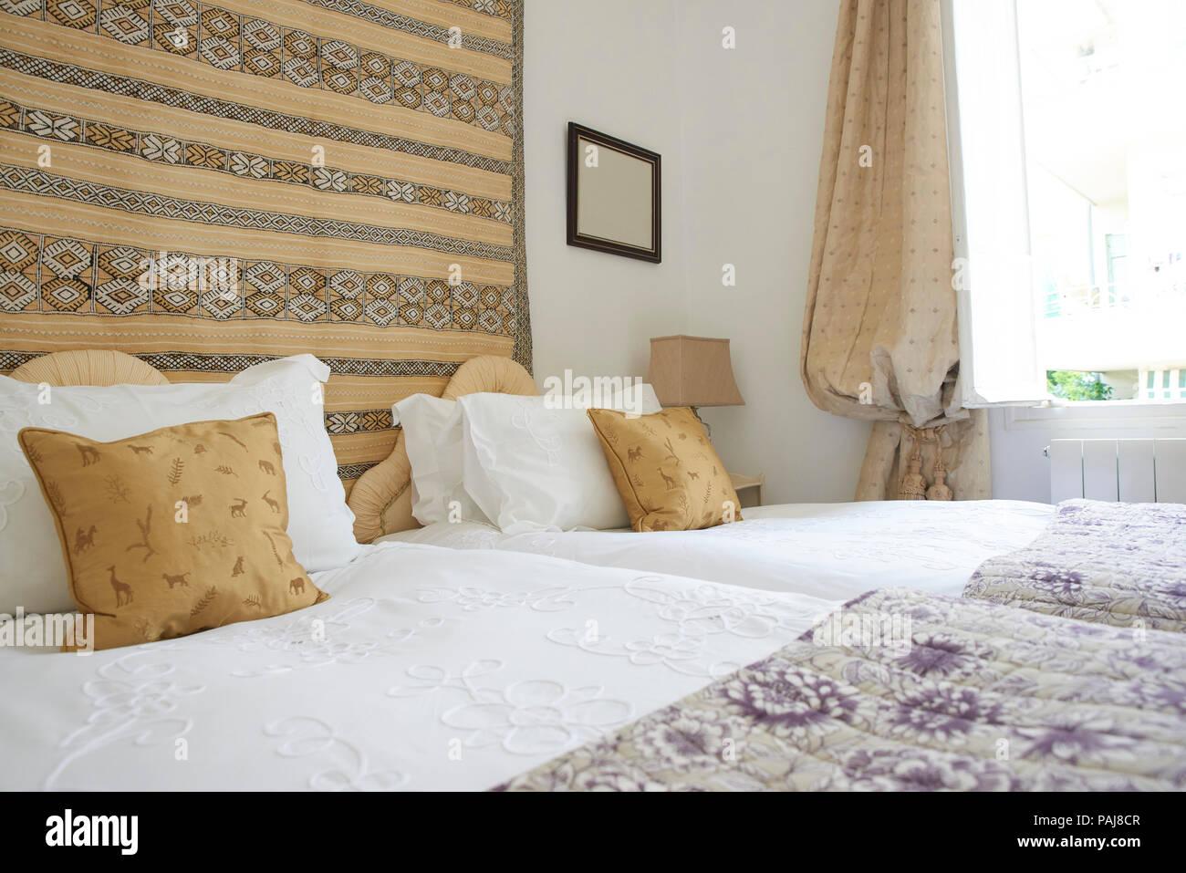 Gemütliches Schlafzimmer mit Doppelbett. Bettwäsche und Decke auf ...