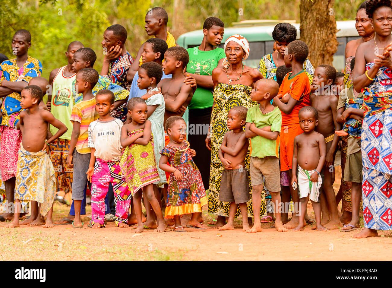 KARA, TOGO - Mar 9, 2013: Unbekannter Menschen in Togo Tanz an der lokalen Musik Performance. Die Menschen in Togo Leiden der Armut wegen der instabilen econ Stockfoto