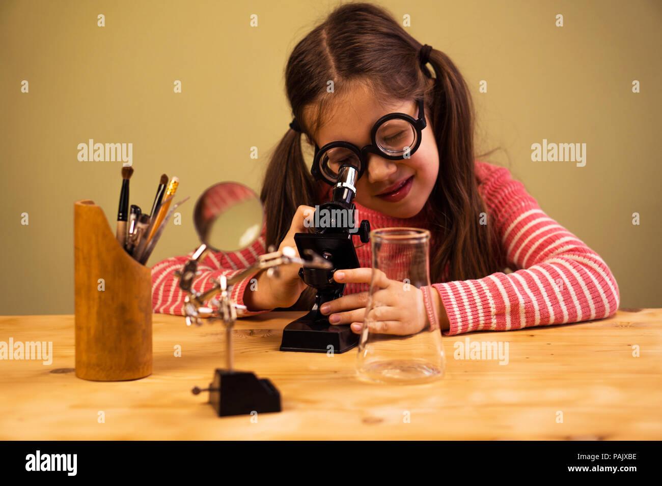 Kleines mädchen suchen im mikroskop kind bildung stockfoto bild