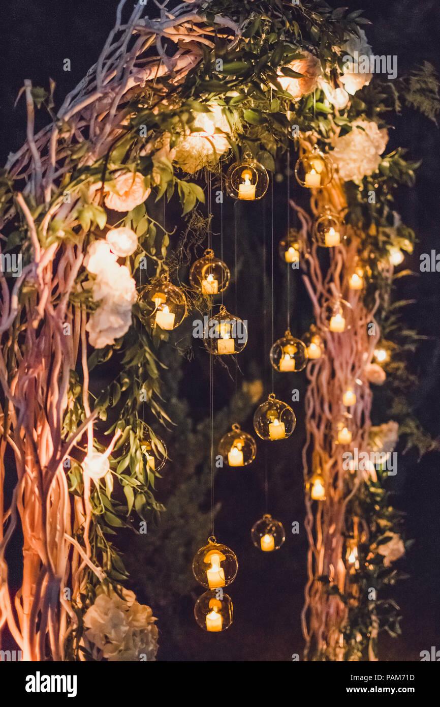 Nacht Trauung, Bogen auf Party mit Lichter und Kerzen in runden Glaskugeln eingerichtet Stockbild