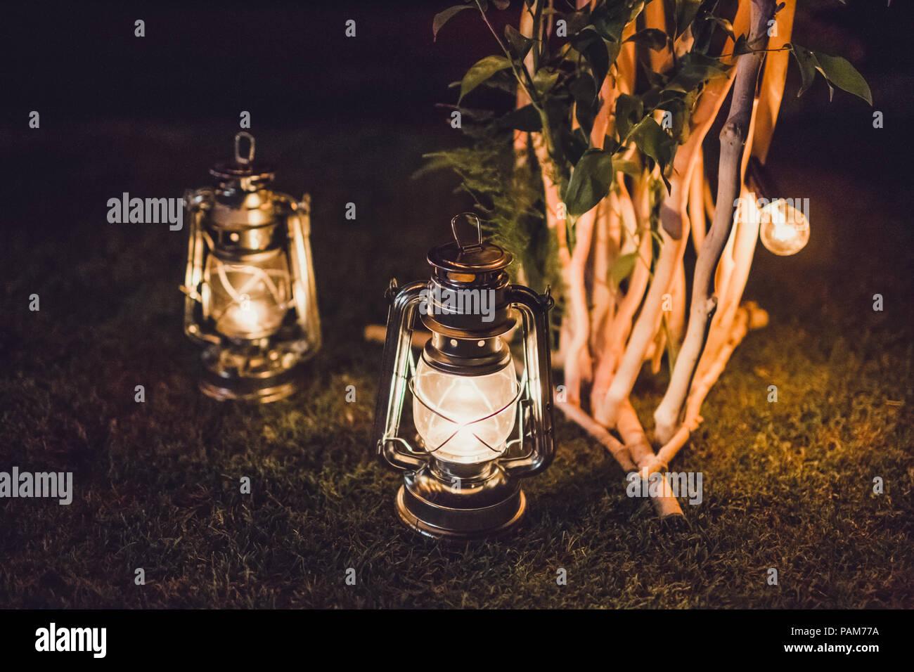Nacht Hochzeit, Holz- bogen auf Party mit alten Vintage Laterne mit Kerze dekoriert Stockbild