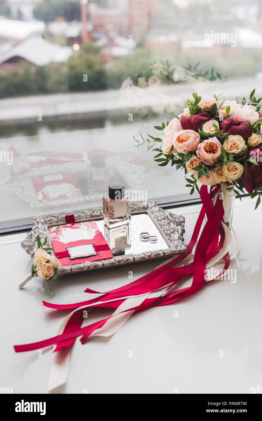 Hochzeit Blumenstrauss Mit Rosen Pfingstrosen Und Seide Bander