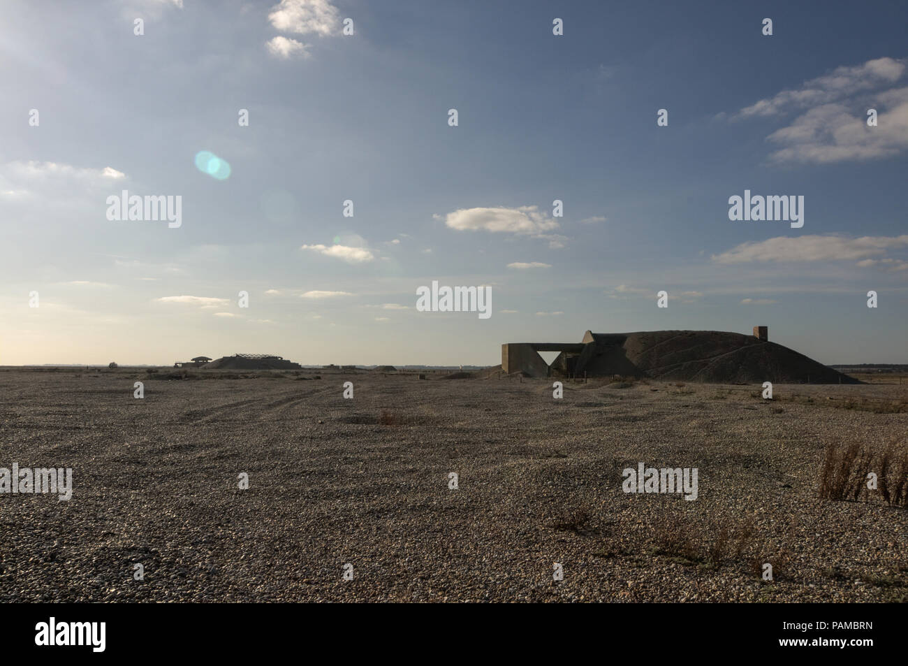 Orford Ness, Suffolk UK. 14. Oktober 2011. Die Atomic Weapons Research Establishment (ADO) von Orford Ness in Suffolk, England. Es wurde benutzt, um vom Ersten Weltkrieg bis zum Kalten Krieg zu testen. Die Pagode ist konzipiert waren, Großbritanniens erste Atombombe zu testen, die Blaue Donau. Die Gebäude hatten konkrete Dächer, die mit Sand und Steinen, die zusammenbrechen, wenn eine Explosion stattfand, Abdeckung der wichtigsten Blast abgedeckt wurden. Zu keinem Zeitpunkt war ein nuklearsprengkopf während der Prüfung der atomaren Waffen in diesem Werk verwendet. Pic genommen 14/10/2011. Quelle: Michael Scott/Alamy leben Nachrichten Stockfoto