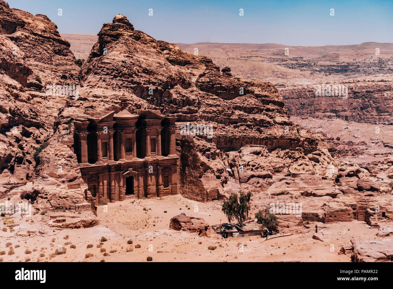 Mit Blick auf das Kloster in die Seite der Gesteinsschichten in der verlorenen Stadt Petra, Jordanien Stockbild
