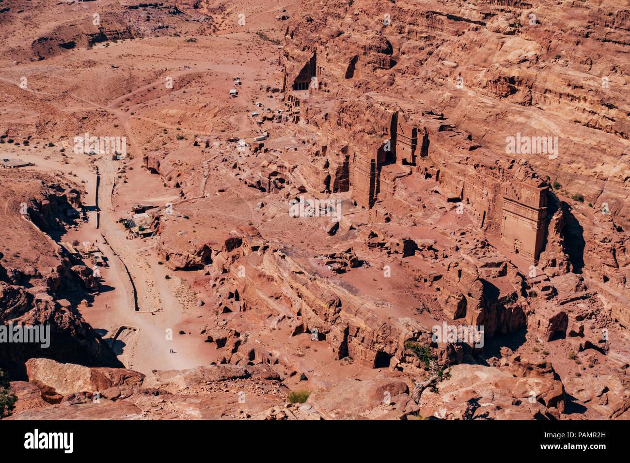 Eine Luftaufnahme Blick nach unten an den Gräbern in die verlorene Stadt von Petra, Jordanien Stockbild