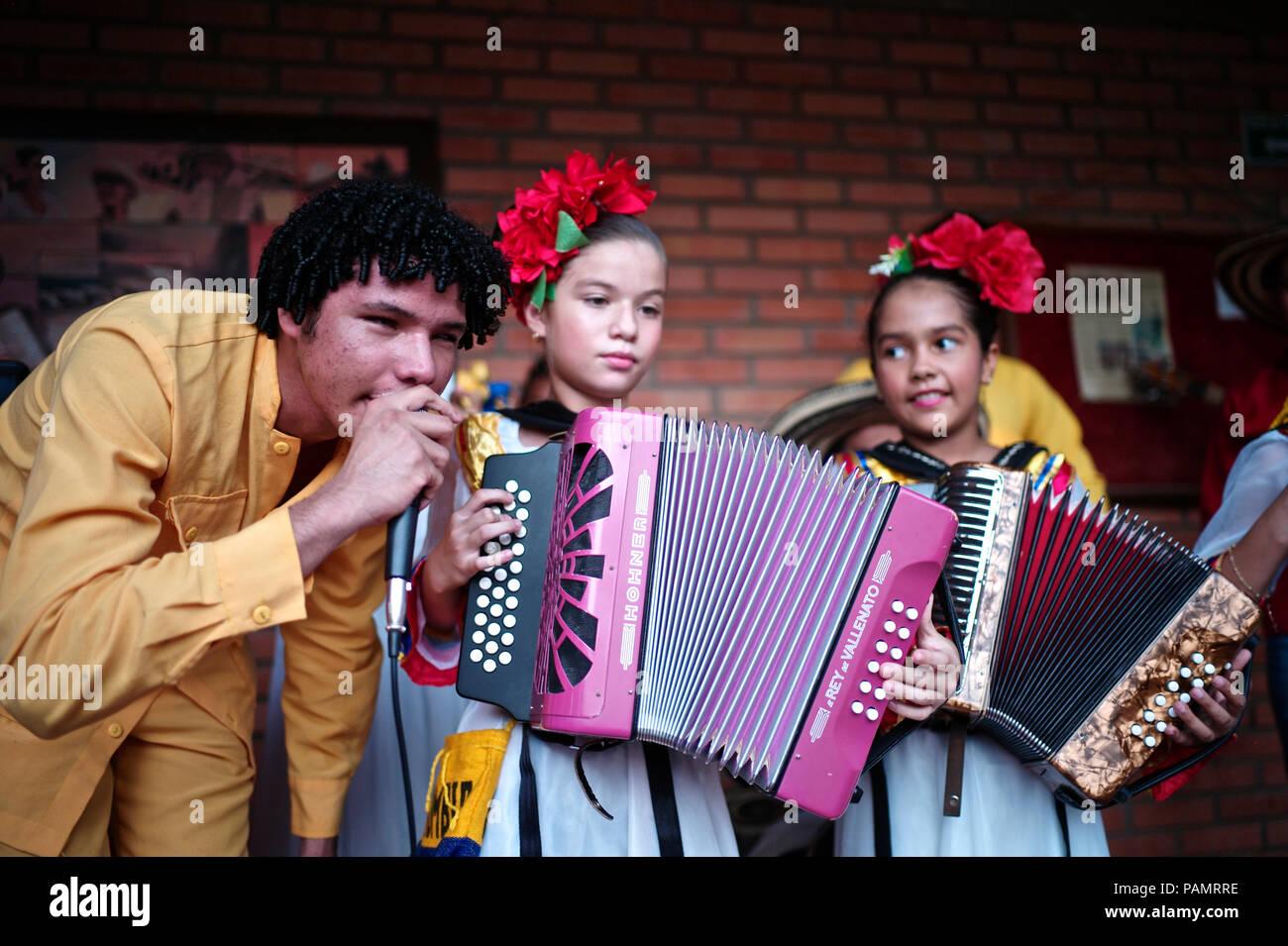 Andres' 'Turco Gil Akkordeon Akademie bildet junge Kinder in der Musik von Vallenato, viele von ihnen sind Flüchtlinge aus Gewalt oder in Armut leben Stockfoto
